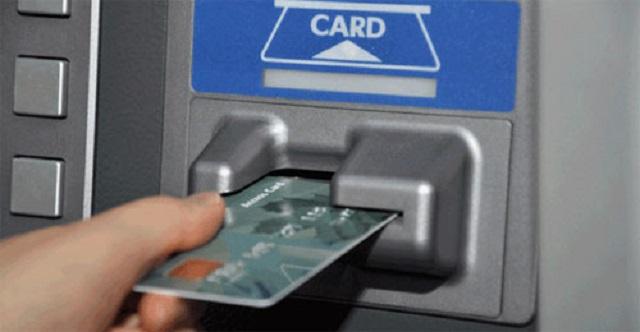 Cho thẻ vào máy