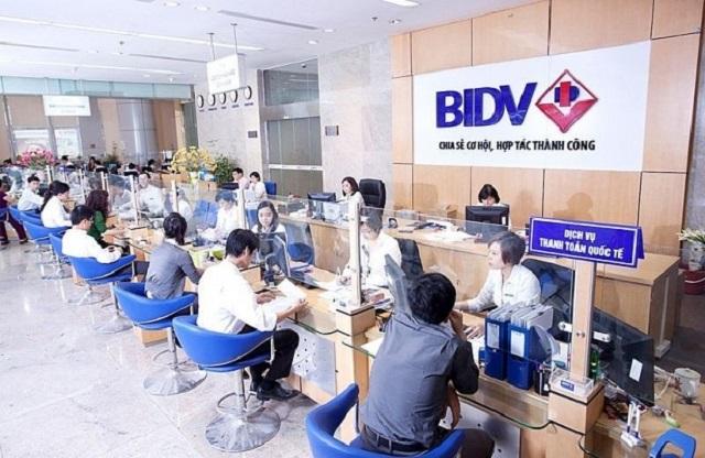 Đến trực tiếp quầy giao dịch của ngân hàng lấy lại số tài khoản