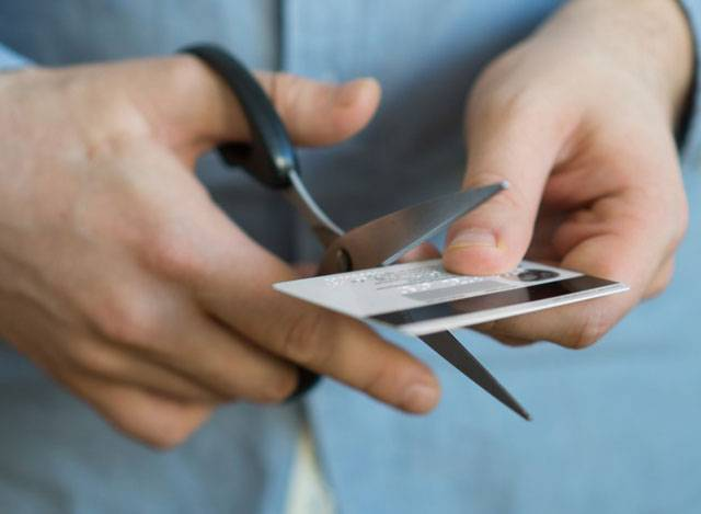 Khách hàng nên chứng kiến quá trình hủy thẻ để đảm bảo thẻ không bị đánh cắp bất hợp pháp.