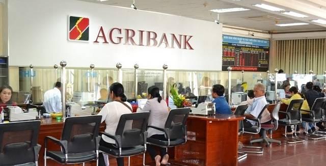 Khách hàng dễ dàng mở thẻ ATM Agribank tại quầy giao dịch
