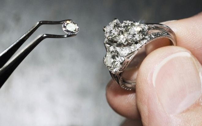 Trang sức gắn kim cương nhân tạo
